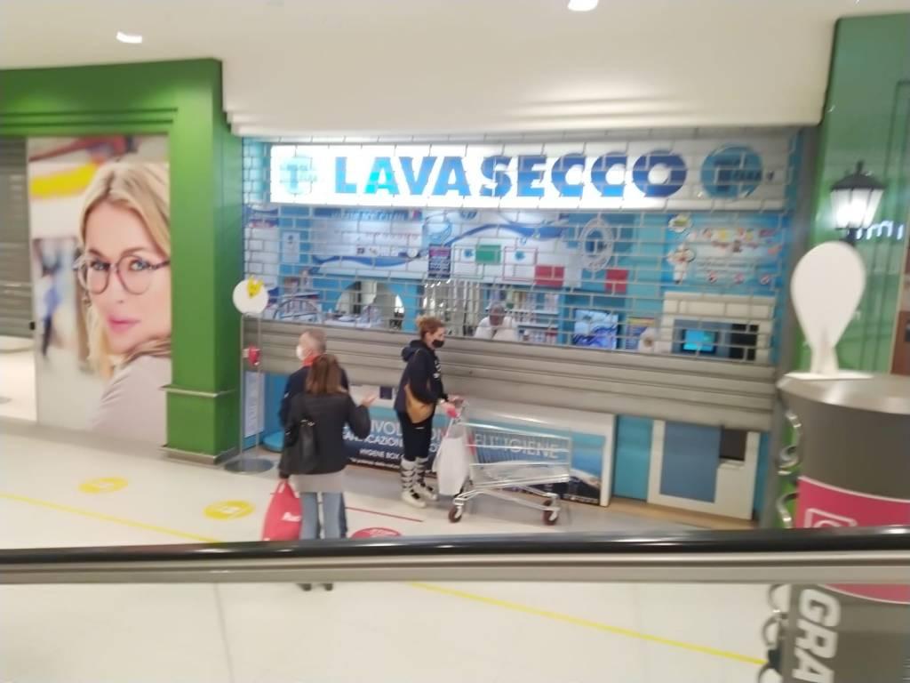 «Basta chiusure nei weekend»: saracinesche abbassate al centro commerciale di Rescaldina