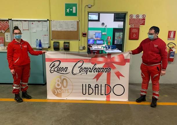 Festa di compleanno sotto le finestre dell'ospedale per Ubaldo, volontario Cri malato di Covid