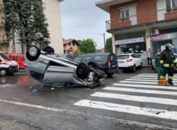 Ribaltamento in viale Matteotti a Tradate