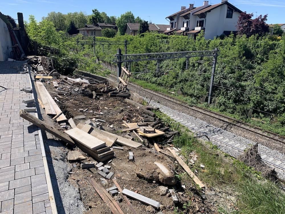 Cede il muro di contenimento sulla linea ferroviaria a Malnate