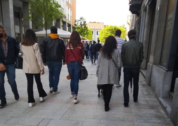cittadini a passeggio per il centro di Legnano