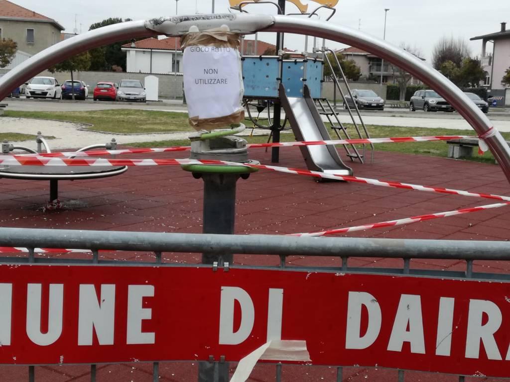 Dairago - Rifiuti e giochi rotti in piazza Francesco della Croce