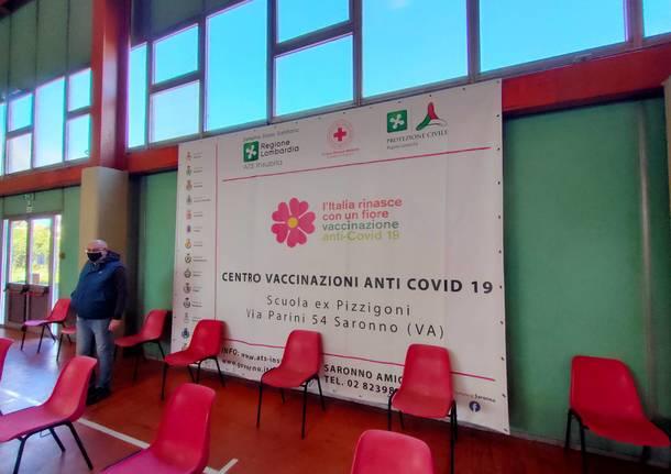 Dentro l'hub vaccinale di Saronno, il racconto dei volontari