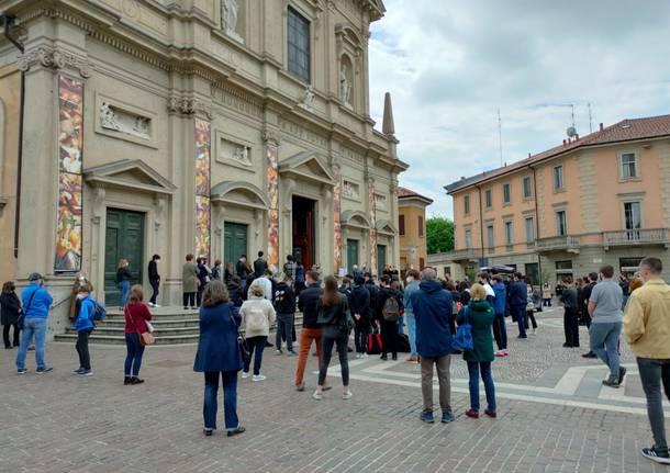 Basilica colma e tanti studenti sul sagrato: a Saronno l'ultimo saluto a Federica Cosulich