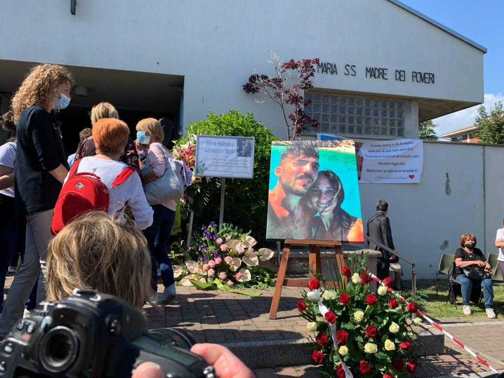 I funerali di Silvia e Alessandro a San Fermo