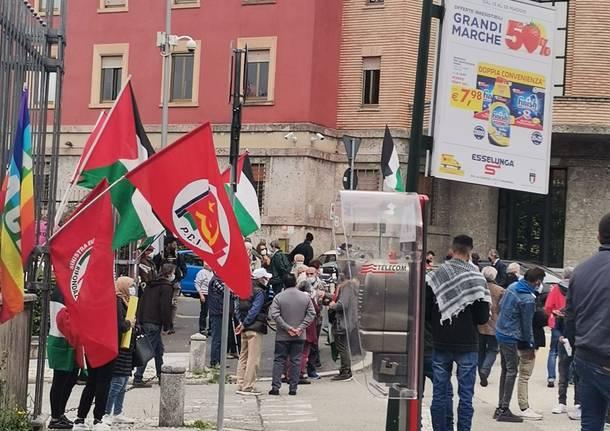 Il presidio per la Palestina in piazza Libertà a Varese