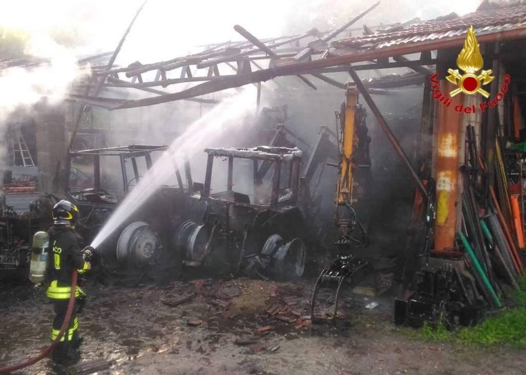 Incendio in un deposito a Sesto Calende