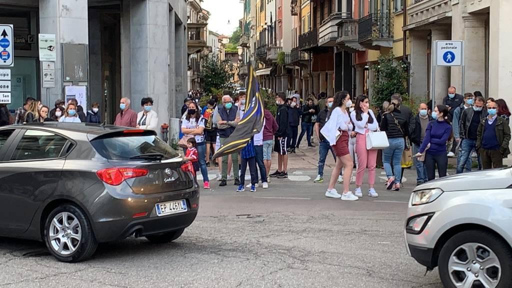 Inter campione d'Italia, bandiere e cori in centro a Varese