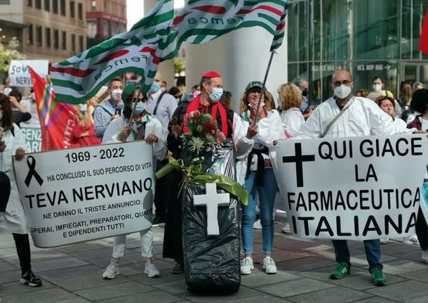 Lavoratori TEVA di Nerviano in protesta sotto la Regione Lombardia