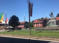 Le bandiere del Palio al Monumento del Guerriero