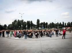 Limbiate, piazza Tobagi si riempie per le riprese video del nuovo singolo dei MotelNoire