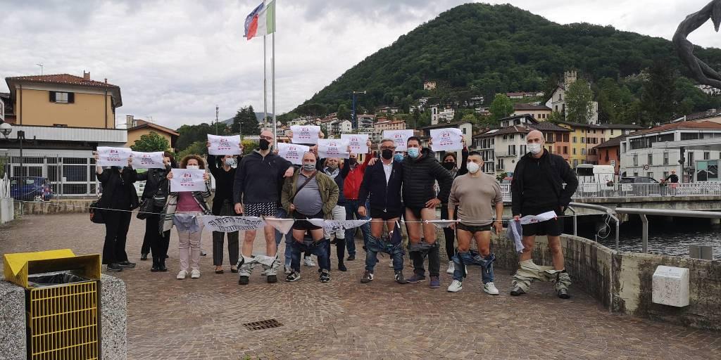 Protesta dei commercianti al confine con la Svizzera