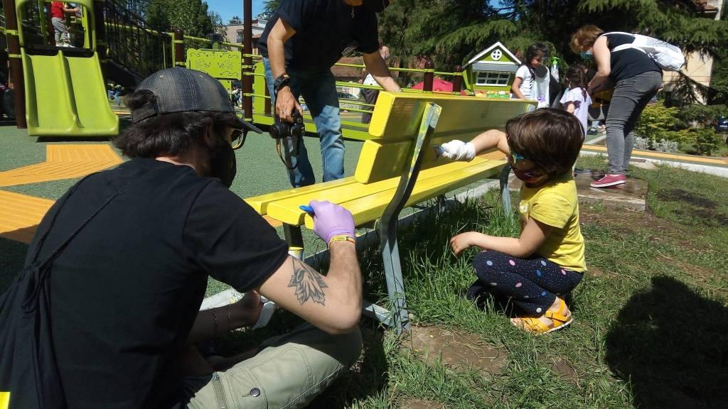 Una panchina gialla al Parco Gioia di Villa Mylius