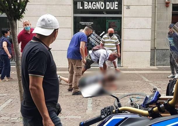 Aggredisce con un coltello due ragazze in pieno centro a Saronno: due cittadini lo bloccano