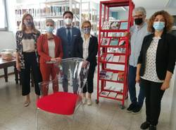 biblioteca besnate scaffale rosso