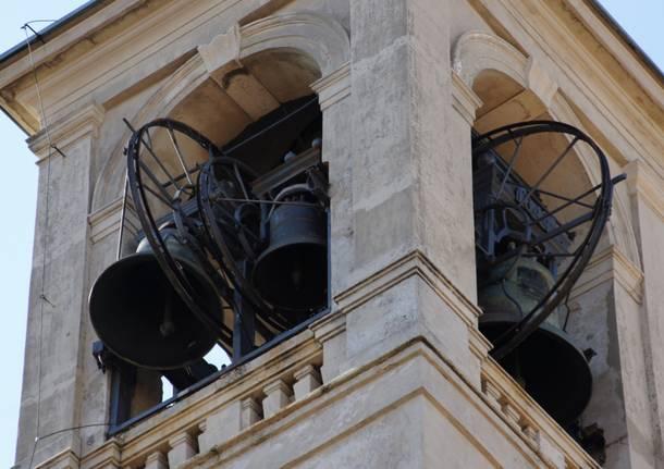 Saronno, tecnici al lavoro per riparare la campana della chiesa