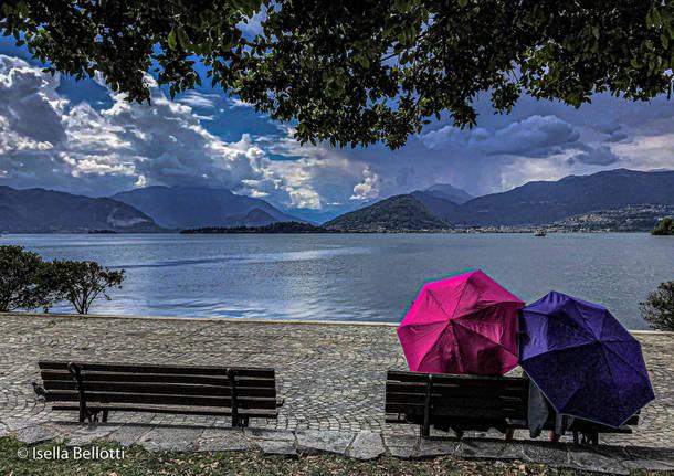 Sotto l'ombrello in riva al lago a Laveno