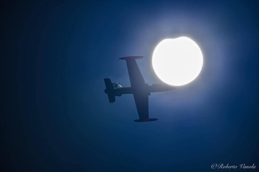 Un top gun e l'eclissi parziale