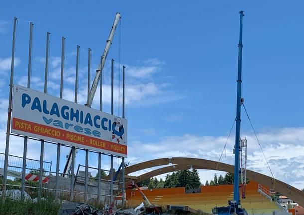 Al lavoro nei cantieri del palaghiaccio di Varese per montare le nuove arcate