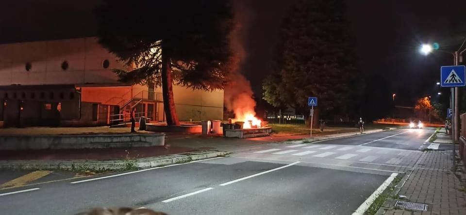 Gerenzano, cassonetto in fiamme nella notte