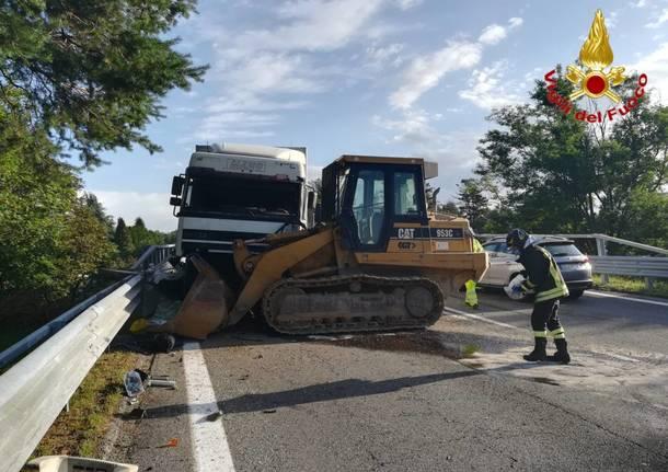 Escavatore cade dal camion e finisce in mezzo all'autostrada