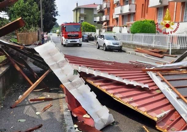 Maltempo a Gallarate, vento scoperchia un tetto in via Ortello