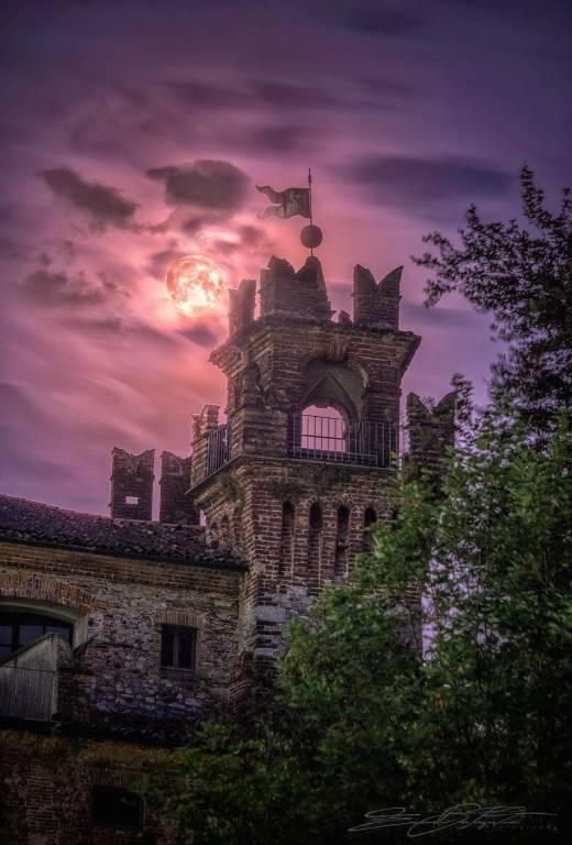 La luna illumina il castello di Somma Lombardo