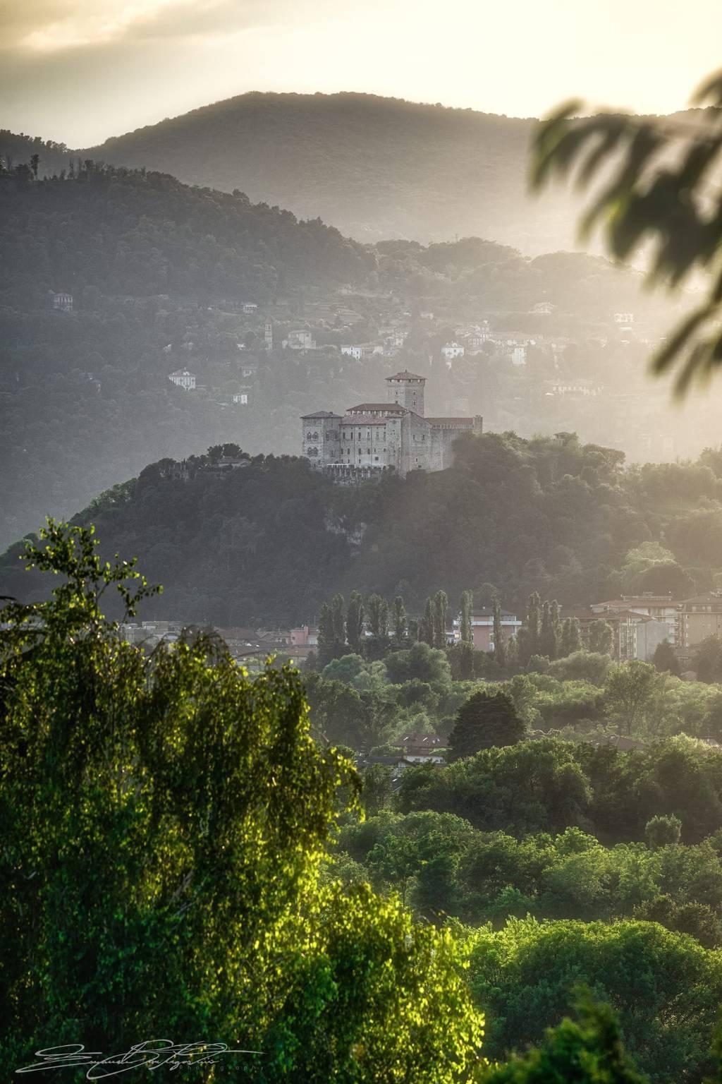 La Rocca di Angera nella foto di Emanuele Santagostino
