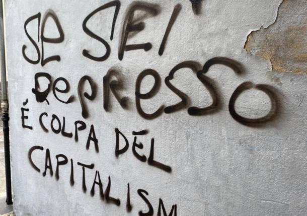 """""""Se sei depresso è colpa del capitalismo"""": imbrattati i muri del centro a Varese"""