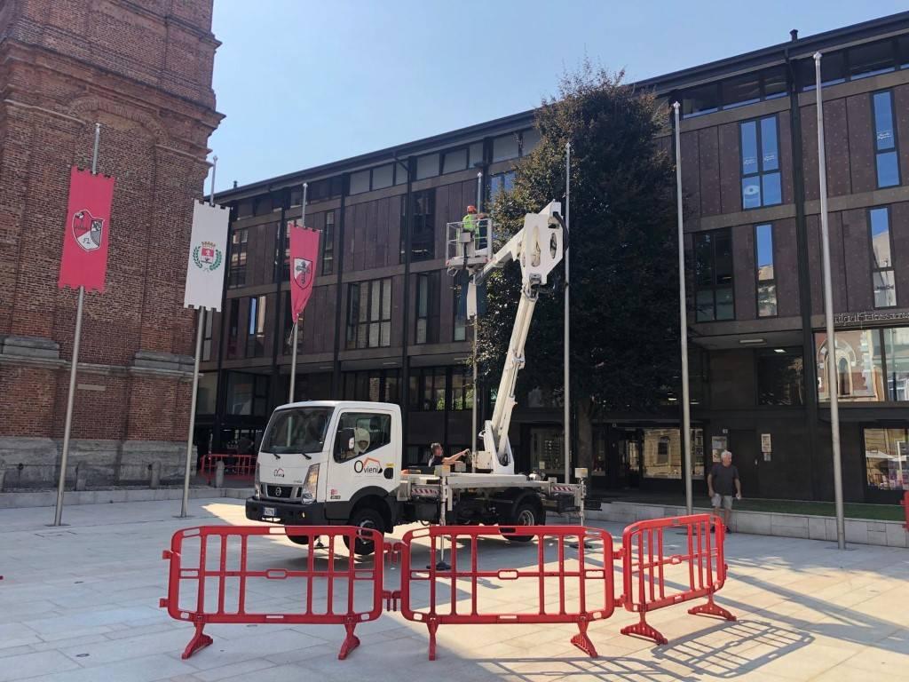 Tolti gli stendardi del Palio di Legnano dal centro e dal Monumento