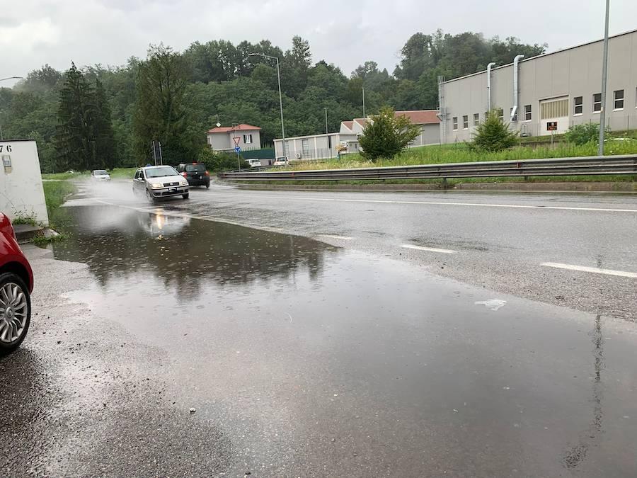 Via Peschiera a Varese, allagamenti e traffico rallentato