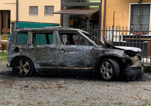 Auto in fiamme a Brinzio