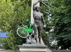 nerviano- bicicletta sul monumento
