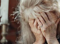anziana triste violenza donne