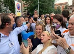 Bagno di folla per Giorgia Meloni a Busto Arsizio