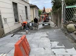 La nuova pavimentazione di via del Ponte procede