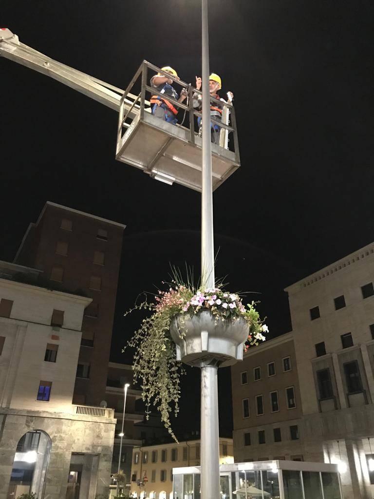 Misteriosi triangoli in piazza Monte Grappa: lavori in corso per la Varese Design Week