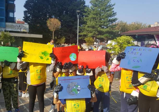 """Primo giorno di """"Puliamo il Mondo"""" nelle scuole"""
