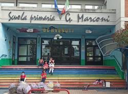 Studenti fuori dalla scuola Marconi