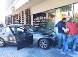 auto sfonda vetrina farmacia brebbia