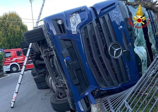 Camion si ribalta a Mornago