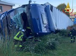 Camion ribaltato a Mornago