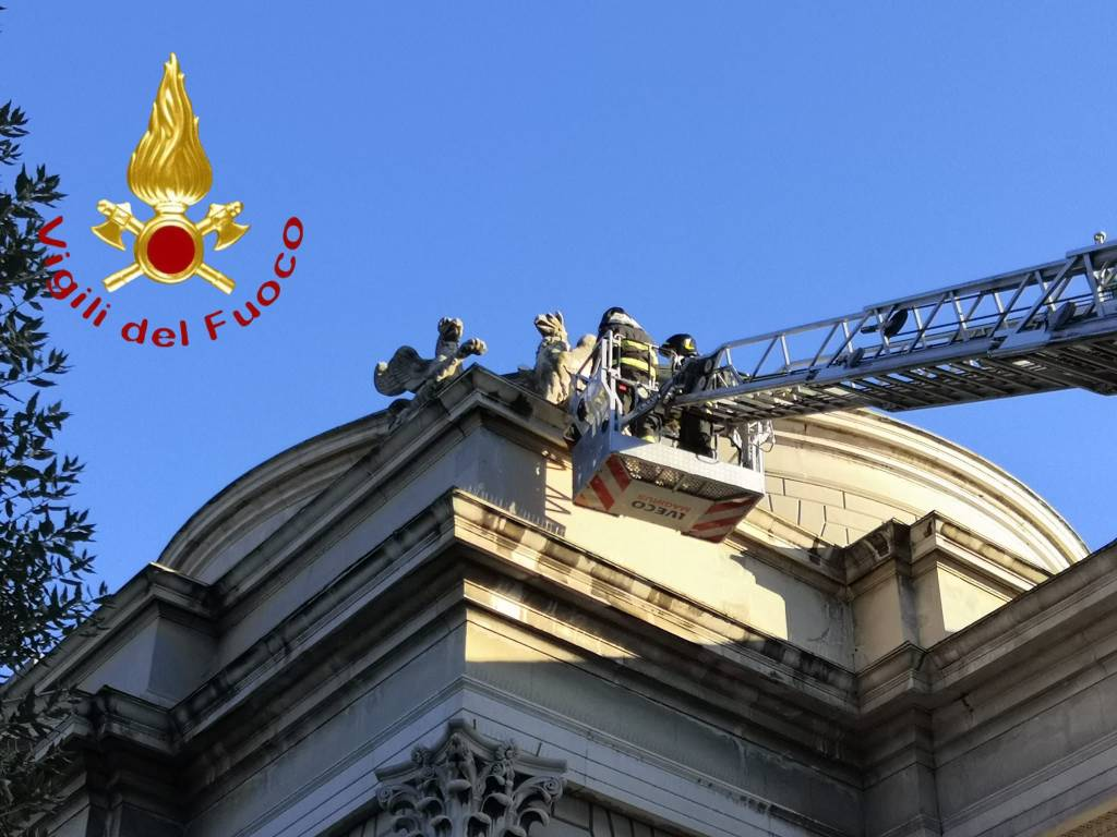 Una mongolfiera danneggia il Tempio Voltiano di Como