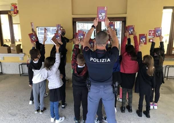 I poliziotti della Questura di Varese distribuiscono le agende agli alunni