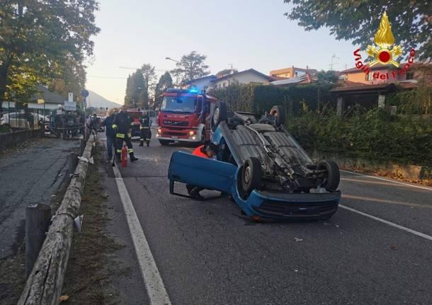 incidente cunardo auto ribaltata - vigili del fuoco