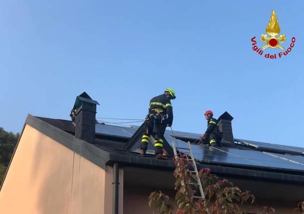 Operaio bloccato sul tetto recuperato dai vigili del fuoco