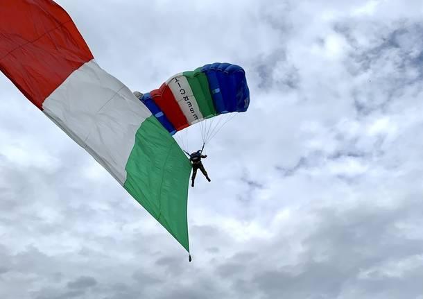 Paracadutisti in volo sui giardini Estensi per il ventennale della base Nato di Solbiate Olona