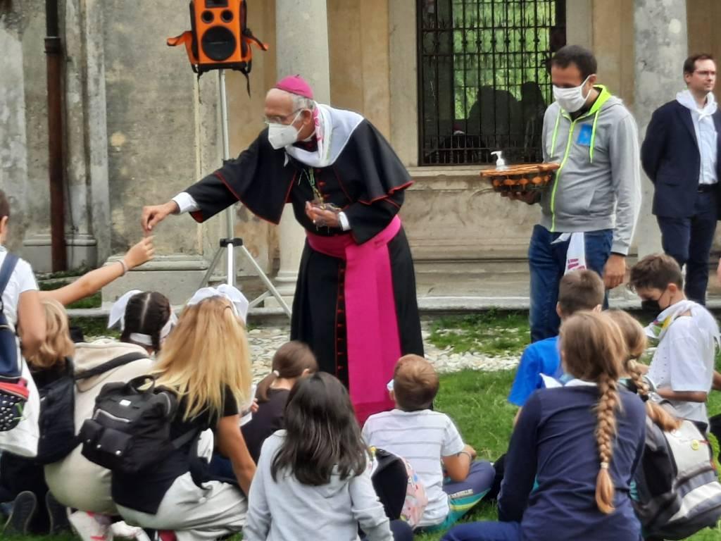 Preadolescenti al Sacro Monte con Monsignor Agnesi