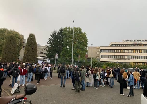 Studenti del liceo Frattini in sciopero per le condizioni della loro scuola