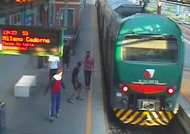 Terrorizzavano coetanei e pendolari a Saronno, baby rapinatori in manette